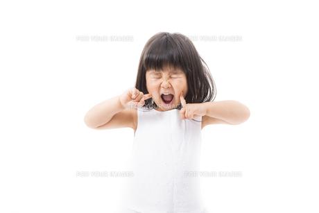 目をつぶって叫ぶ女の子の写真素材 [FYI00115305]