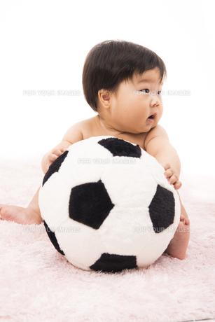 サッカーボールのクッションを抱く赤ちゃんの写真素材 [FYI00115307]