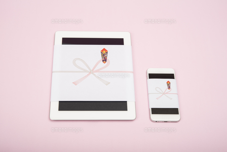 のし紙のついたタブレットとスマートフォンの写真素材 [FYI00115312]