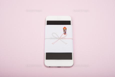 のし紙のついたスマートフォンの写真素材 [FYI00115322]