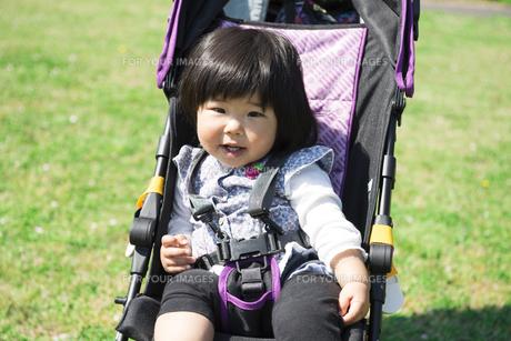 ベビーカーで散歩する女の子の写真素材 [FYI00115330]