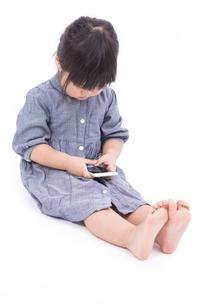 スマートフォンを使う女の子の写真素材 [FYI00115332]