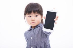スマートフォンを持つ女の子の写真素材 [FYI00115337]