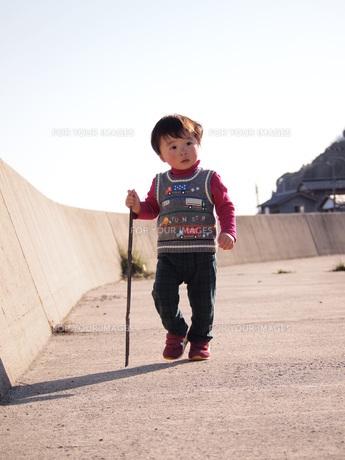 杖をつく男の子の写真素材 [FYI00115529]