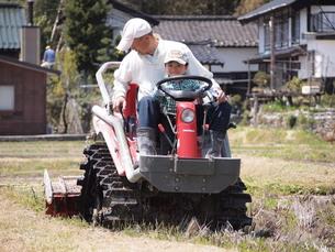 トラクターに乗せてもらう男の子の写真素材 [FYI00115544]