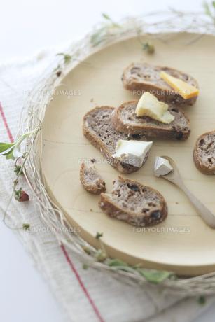 ライ麦パンとチーズの写真素材 [FYI00115593]