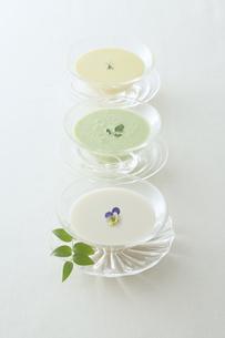 3種類の冷製スープの写真素材 [FYI00115600]