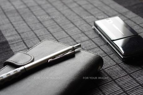 手帳と携帯電話の写真素材 [FYI00115612]
