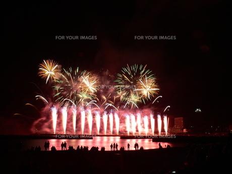 熱海の冬花火の写真素材 [FYI00115636]