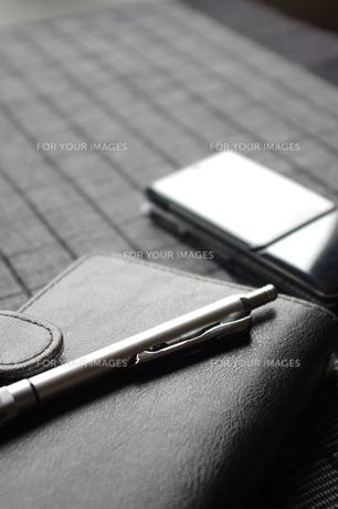手帳と携帯電話の写真素材 [FYI00115638]