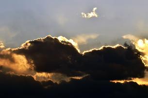 夕焼けを覆い隠す黒い雲の写真素材 [FYI00115689]