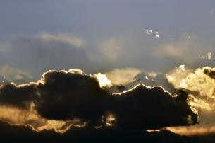 夕日を隠す黒い雲の写真素材 [FYI00115693]