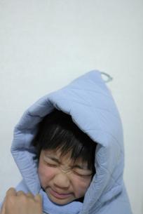防災頭巾をかぶった男の子の写真素材 [FYI00116013]