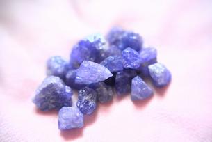 タンザナイトの原石(非加熱)の写真素材 [FYI00116295]