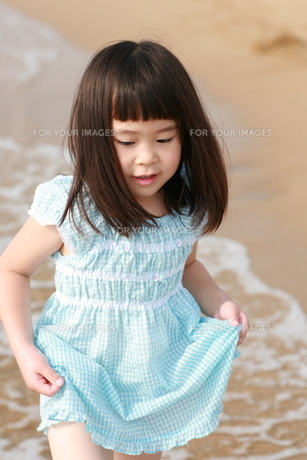 海で遊ぶ子供の写真素材 [FYI00116493]
