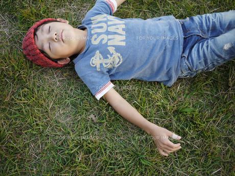 芝生で寝る子供の写真素材 [FYI00116585]