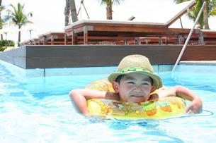 プールで浮かぶ子供の写真素材 [FYI00116596]