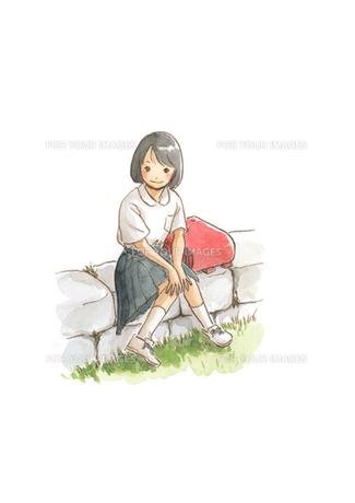 石垣に座る小学生の女の子の素材 [FYI00116799]