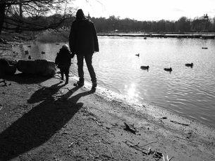 朝の公園で散歩する親子の写真素材 [FYI00116947]