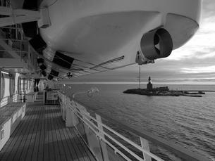 甲板から見た小さな島の写真素材 [FYI00116948]