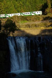 滝と列車の写真素材 [FYI00117036]