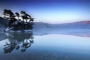 十和田湖 湖 朝の写真素材 [FYI00117125]