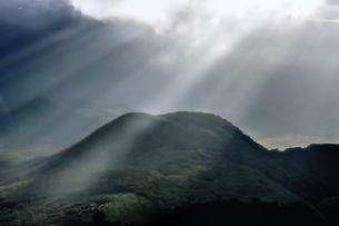 山に光芒の素材 [FYI00117159]