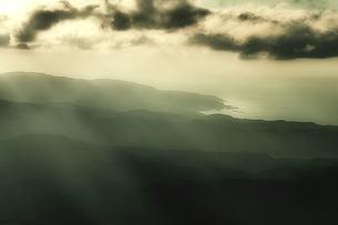 山に光芒の素材 [FYI00117178]
