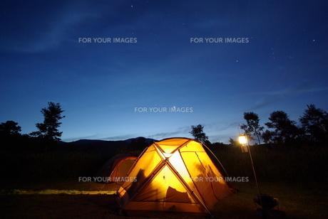キャンプ場の夜明けの写真素材 [FYI00117418]