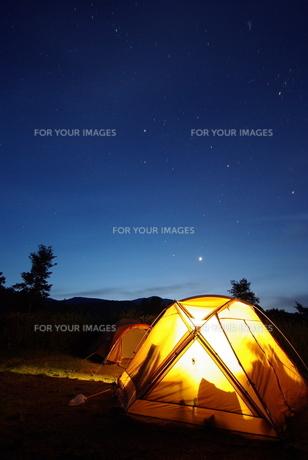 キャンプ場の夜明けの写真素材 [FYI00117438]