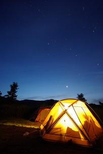 キャンプ場の夜明けの素材 [FYI00117438]