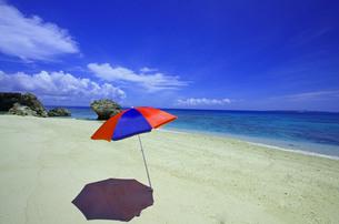 コマカ島の砂浜とパラソルの写真素材 [FYI00117543]