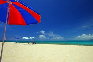 コマカ島の青い空とパラソルの写真素材 [FYI00117550]