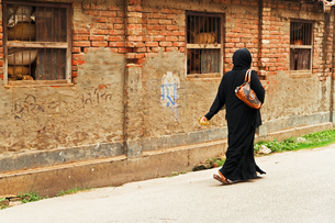 通り過ぎるムスリム女性の素材 [FYI00117615]