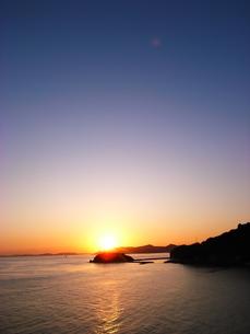夕焼けと瀬戸内海と稜線との写真素材 [FYI00117736]