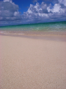 白い砂浜と澄んだ海-01の写真素材 [FYI00117753]