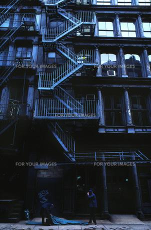 古いビル-外階段の素材 [FYI00117966]