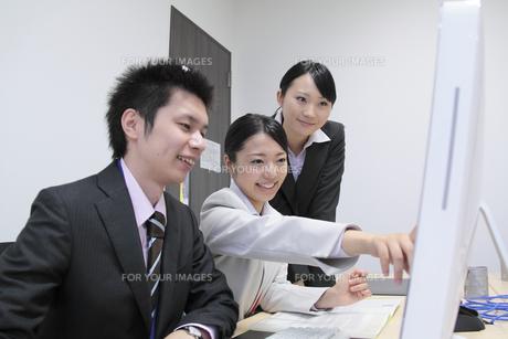 オフィスで働く女性新入社員と上司の写真素材 [FYI00118170]