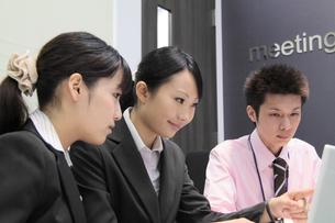 オフィスで働く若い女性社員と男性社員の素材 [FYI00118173]