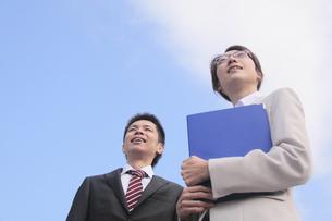 笑顔で遠くを見つめる若いビジネスマンとビジネスウーマンの素材 [FYI00118174]
