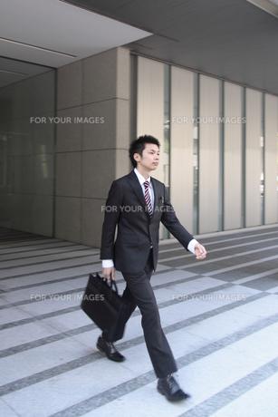 颯爽と歩く若いビジネスマンの素材 [FYI00118179]