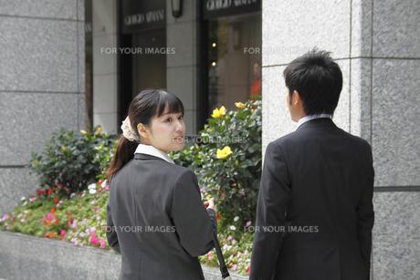 振り返るビジネスウーマンと同僚の写真素材 [FYI00118182]