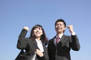 ガッツポーズをする若い会社員たちの素材 [FYI00118184]