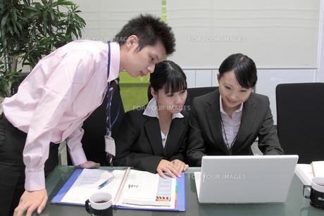 オフィスで働く若いビジネスマンとビジネスウーマンの素材 [FYI00118189]