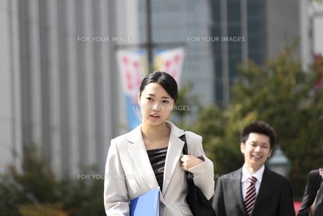 歩くビジネスウーマンの写真素材 [FYI00118190]