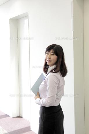 オフィスで振り返る若い女性社員の素材 [FYI00118199]