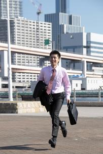 笑顔で走る若いビジネスマンの素材 [FYI00118203]
