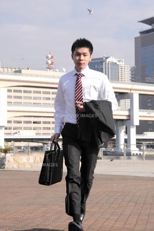 早足で歩くビジネスマンの素材 [FYI00118206]