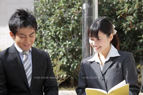 ビジネス 外で談笑する上司と部下の素材 [FYI00118212]