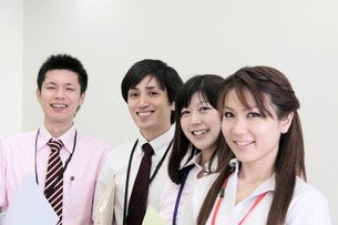 オフィス 笑顔の若者たちの素材 [FYI00118215]
